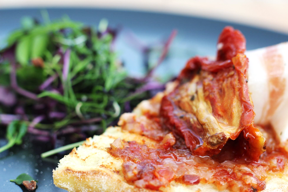 Bruschetta rustica con pomodori secchi e guanciale