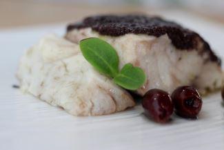 Trancio di ombrina al vapore in crosta di olive nere